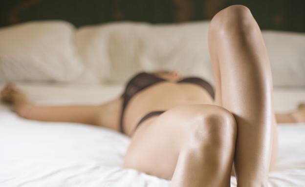אישה מתמתחת במיטה- אוננות (צילום: Thinkstock)