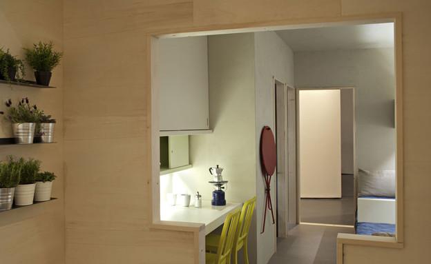 בית כלא, כניסה לחדר (צילום: www.freedomroom.org)