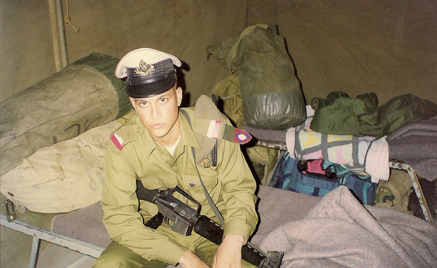 אסי עזר במהלך השירות במשטרה צבאית (צילום: במחנה)