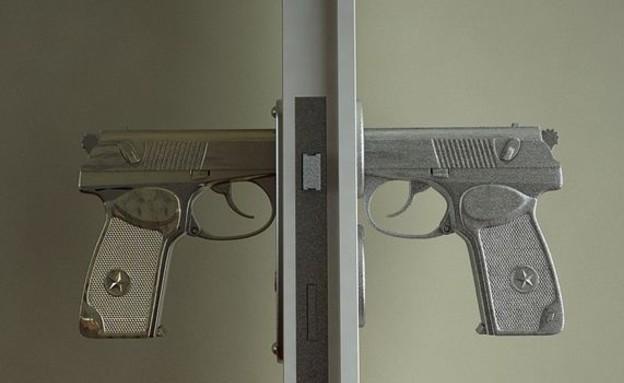 חמישייה 24.4, אקדח (צילום: www.napalm.net)