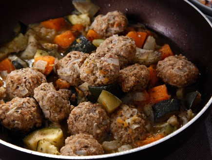 תבשיל ירקות עם קציצות (צילום: אפיק גבאי, אוכל טוב)