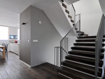 בית בשרון, מדרגות מעקה