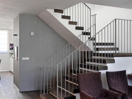 בית בשרון, מדרגות