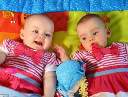 קייטי ואיימי - תאומות בשיר גינס (צילום: dailymail.co.uk)