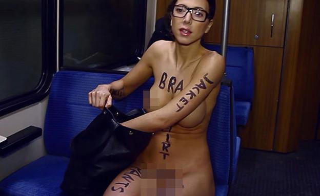 דוגמנית עירום ברכבת