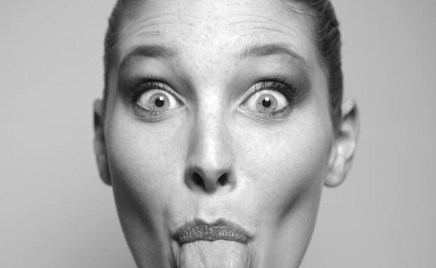 אישה מוציאה לשון שחור לבן (צילום: ThinkStock, getty images)