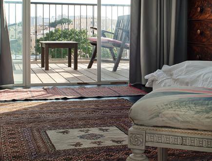 הבתים מבפנים, טשרניחובסקי חדר שינה כיסא, צילום עמר (צילום: עמרי אמסלם)