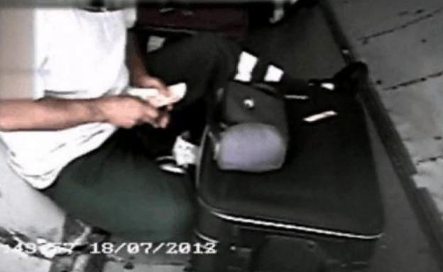 מחטטים במזוודות של נוסעים