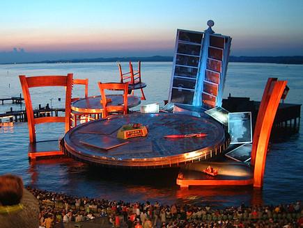 אופרה על המים, שולחן עגול