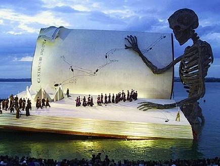 אופרה על המים, שלד
