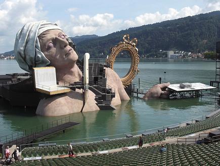 אופרה על המים, אישה ביום