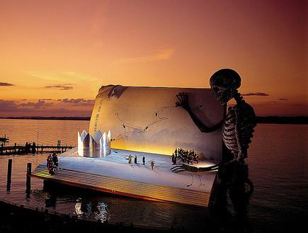 אופרה על המים, שלד חושך