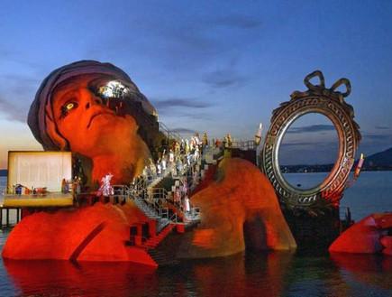 אופרה על המים, אישה באדום