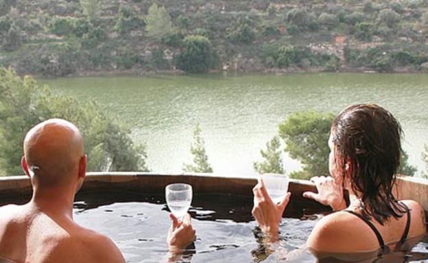 רוחצים באגם בבית זית (צילום: אורלי גנוסר, גלובס)