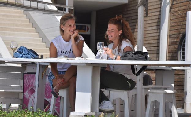 בר רפאלי עם חברה מחייכת לצלם (צילום: צ'ינו פפראצי)