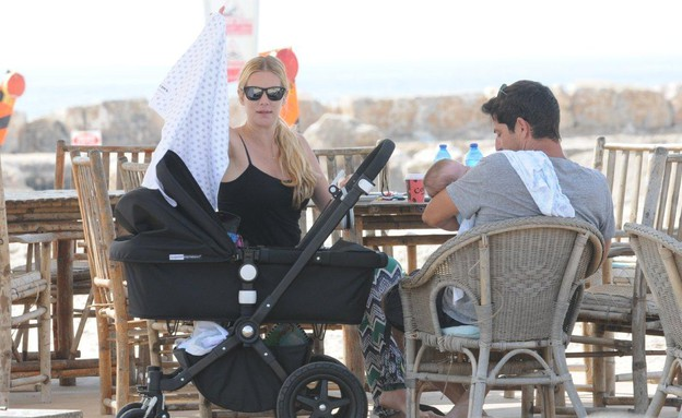 הילה נחשון בעלה אייל חסיד והילדים בים (צילום: ברק פכטר)