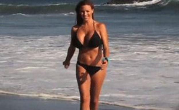 בחורה רצה בחוף