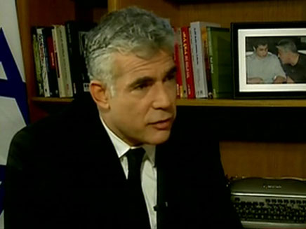 לפיד מטיל ספק ביכולת להגיע להסכם עם אבו מאזן (צילום: חדשות 2)