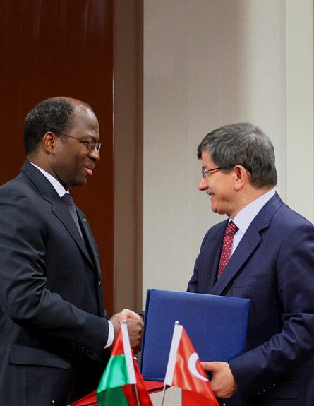 שר החוץ הטורקי דבוטאולו ובסולה (צילום: AP)