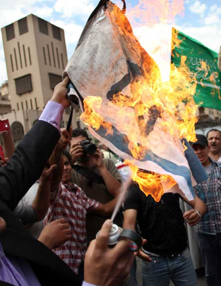 שורפים את דגל ישראל בהפגנה בקהיר, היום (צילום: ap)