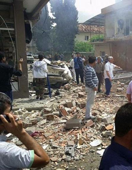 הפיגוע בעיירה רייחלי, אתמול (צילום: AP)