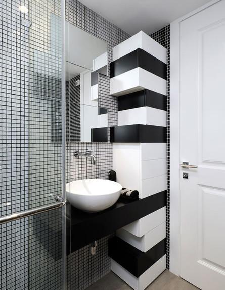 בית בקיסריה מקלחון שחור לבן