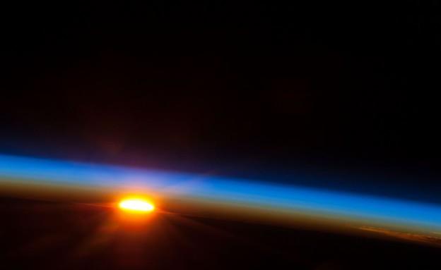 """זריחה מהחלל (צילום: נאס""""א)"""