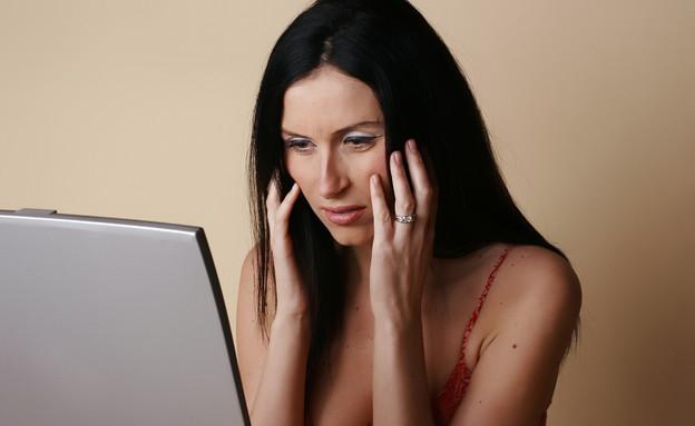 בחורה עצובה מול מחשב