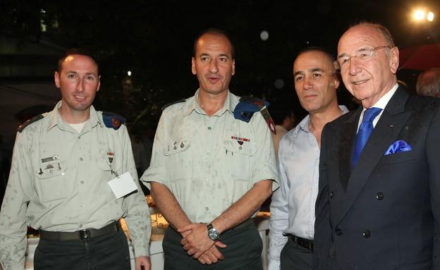 אמץ לוחם אלכס גלעדי עם משטרה צבאית (צילום: קובי קנטור, האגודה למען החייל)