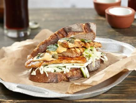 סנדוויץ' חזה עוף בפפריקות עם סלט קולסלאו (צילום: אנטולי מיכאלו, דרך האוכל)