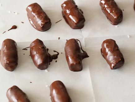 חטיף קוקוס ושוקולד - אחרי הציפוי (צילום: חן שוקרון, אוכל טוב)
