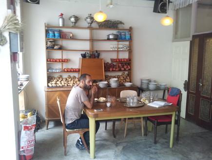 מסעדת זכאים, שולחן (צילום: דנה בר-אל שוורץ, אוכל טוב)