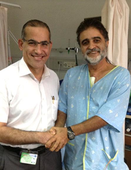 """ד""""ר שתיווי עם החולה שהציל (צילום: דוברות ביה""""ח כרמל)"""