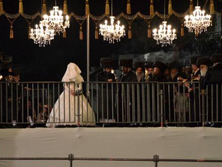 החתן והכלה עם עוד עשרות אלפים