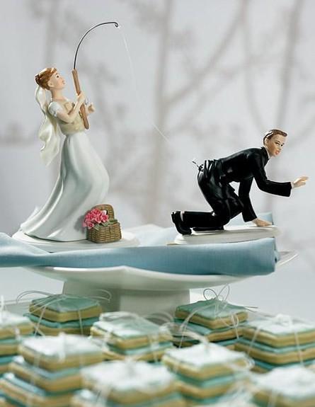 עוגת חתונה עם חתן שמנסה לברוח (צילום: צילום מסך מהאתר thebridesideoflife.com)