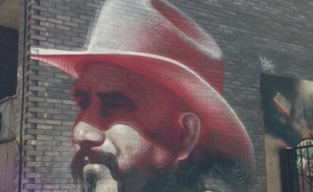 ציור לצד אופנוע, סיור בלונדון, קרדיט מיקי חיימוביץ', מקור טוויטר (צילום: מיקי חיימוביץ', twitter)