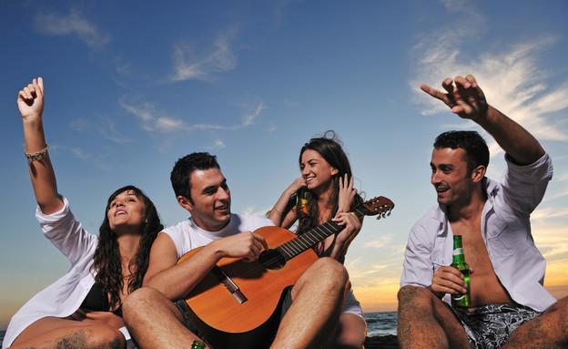 צעירים על הים (צילום: אימג'בנק / Thinkstock)