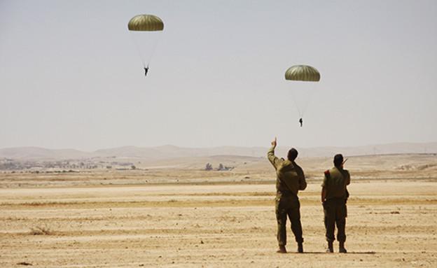 צניחה בנבטים (צילום: אתר חיל האוויר)