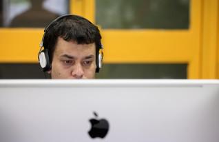 גבר מול מחשב (צילום: Oli Scarff, GettyImages IL)