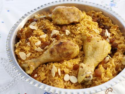 אורז אדום עם עוף, צימוקים ושקדים (צילום: מוטי פישביין, הבישול העיראקי של אמא, הוצאת קוראים)