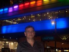 דיזינגוף סנטר מואר בצבעי הגאווה ניצן הורוביץ (צילום: ענהאל ריצ'מן)