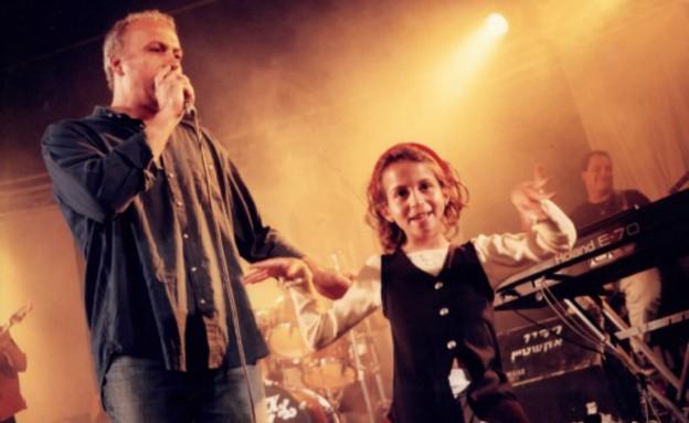 שירה גבריאלוב כילדה עם אביה מיקי גבריאלוב (צילום: נעם וינד)
