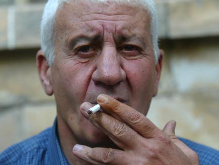 יצחק דרורי עם סיגריה (צילום: פלאש 90)