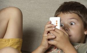 ילד עם סלולרי (צילום: Thinkstock)