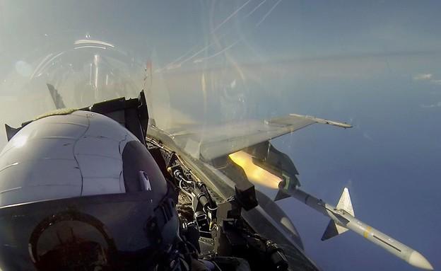 F-18 משגר טיל (צילום: צבא ארצות הברית)