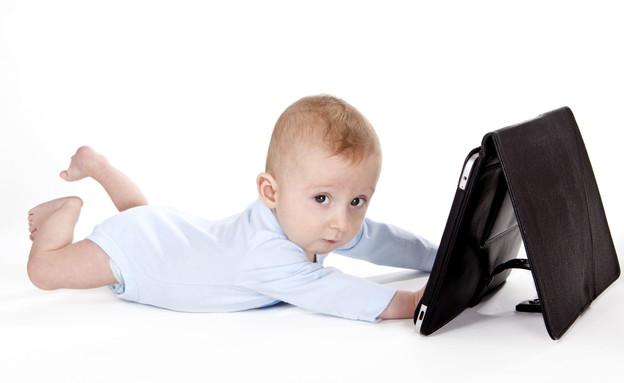 תינוק עם אייפד (צילום: Thinkstock)