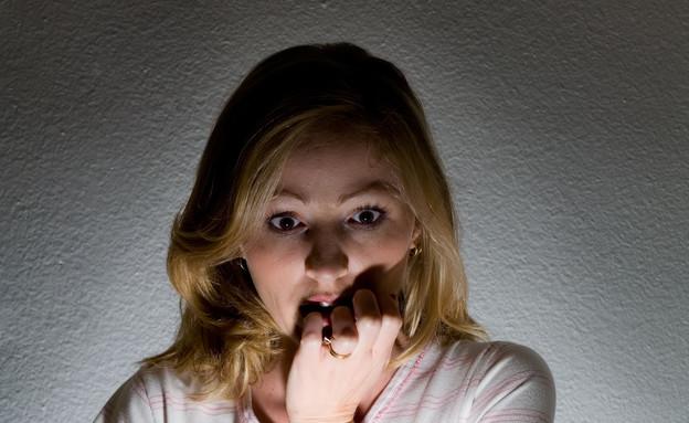 אישה קוראת מייל (צילום: Thinkstock)