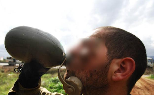 """חייל שותה - אילוסטרציה (צילום: דובר צה""""ל)"""