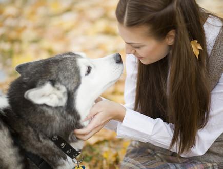 אישה מלטפת כלב