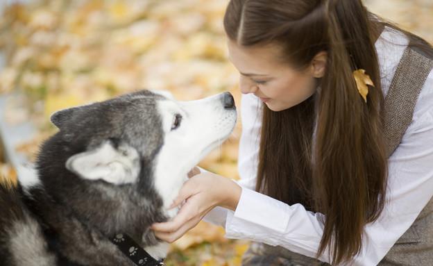 אישה מלטפת כלב (צילום: אימג'בנק / Thinkstock)